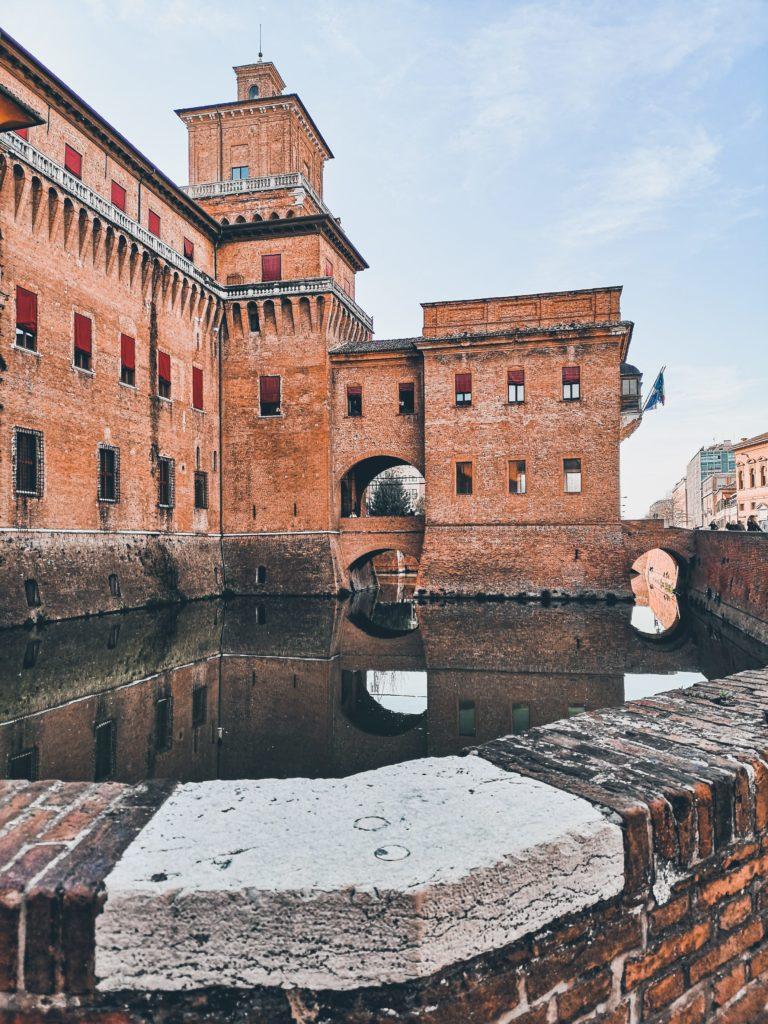 castello estense specchiato nel fossato
