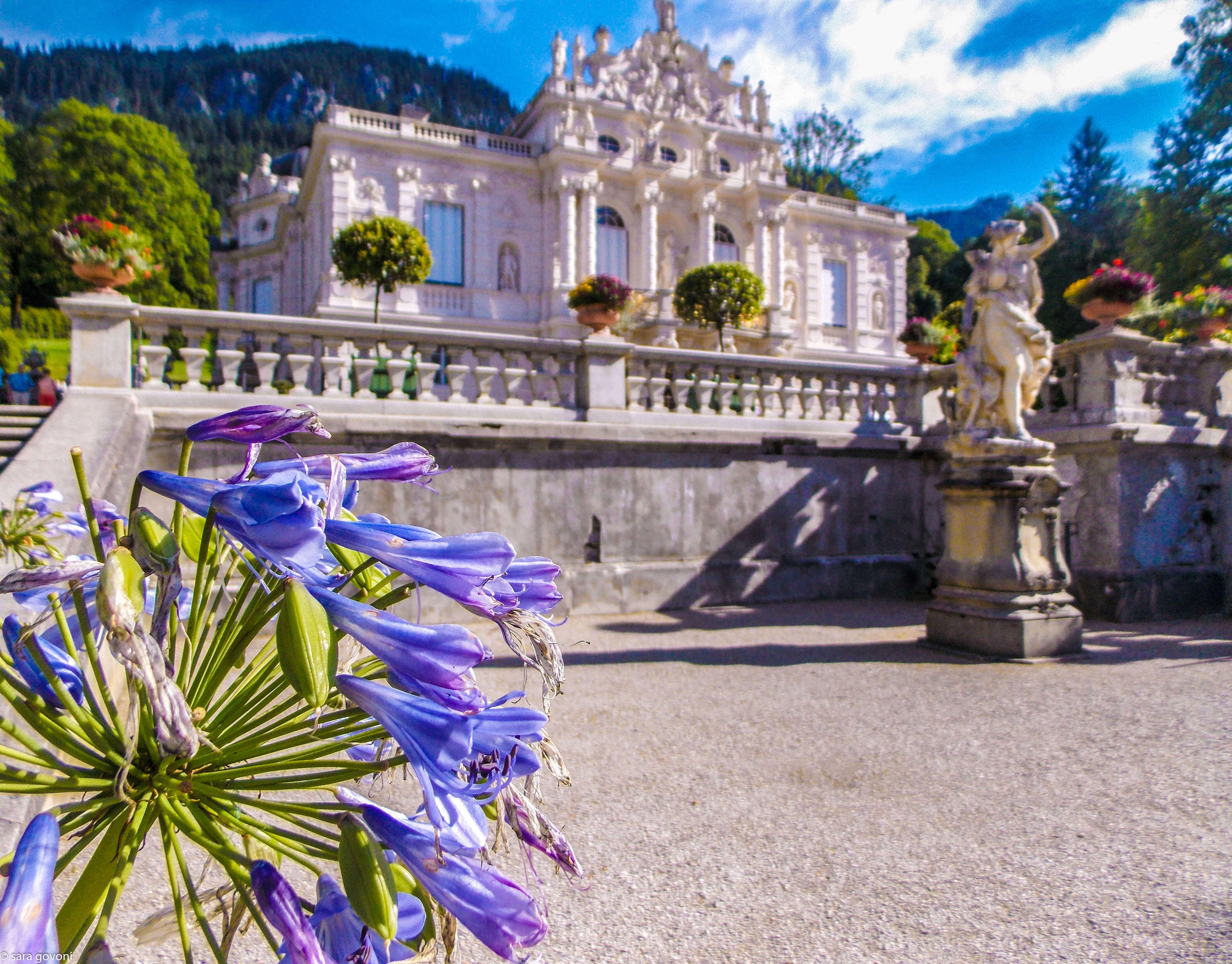 Castelli della Baviera: il castello di Linderhof avvolto dai fiori