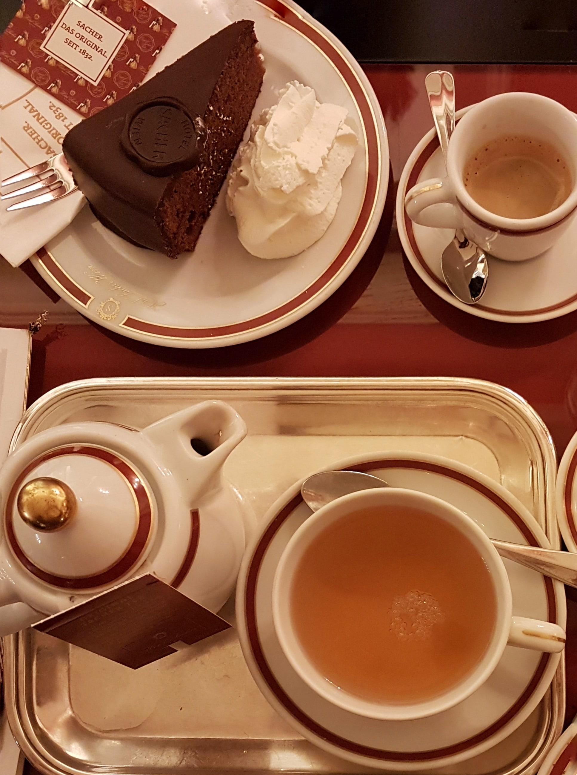 Sacher e té al Sacher Café di Innsbruck