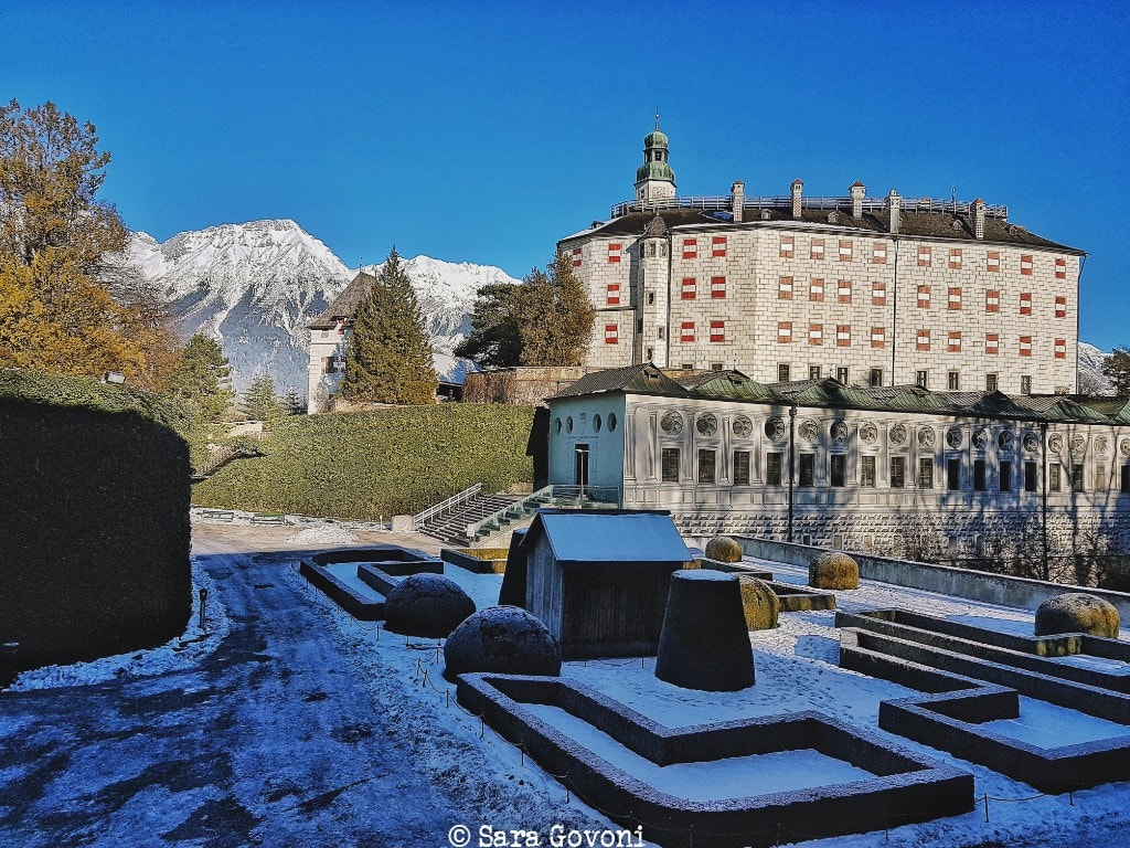 Schloss Ambras con la neve