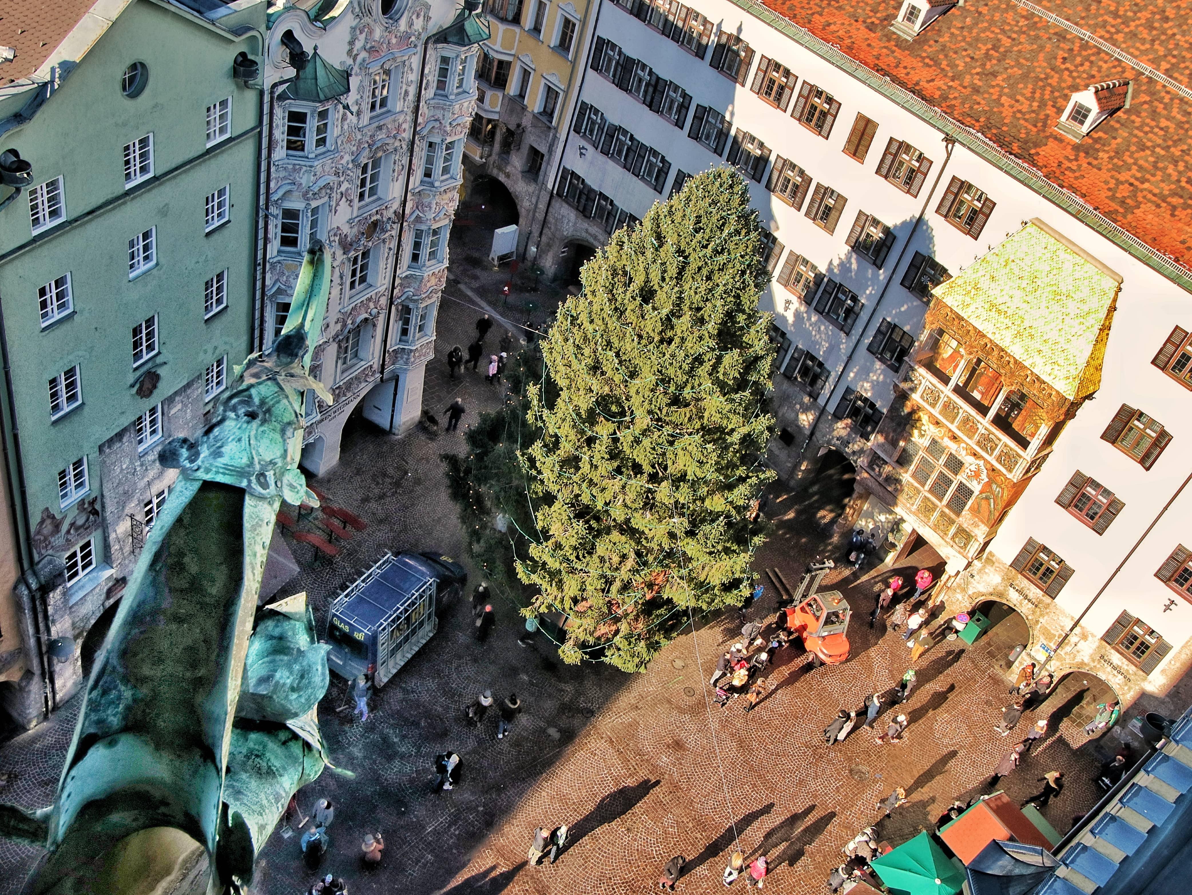Visitare Innsbruck la prima volta: Vista della piazza dalla Stadtturm con albero di natale