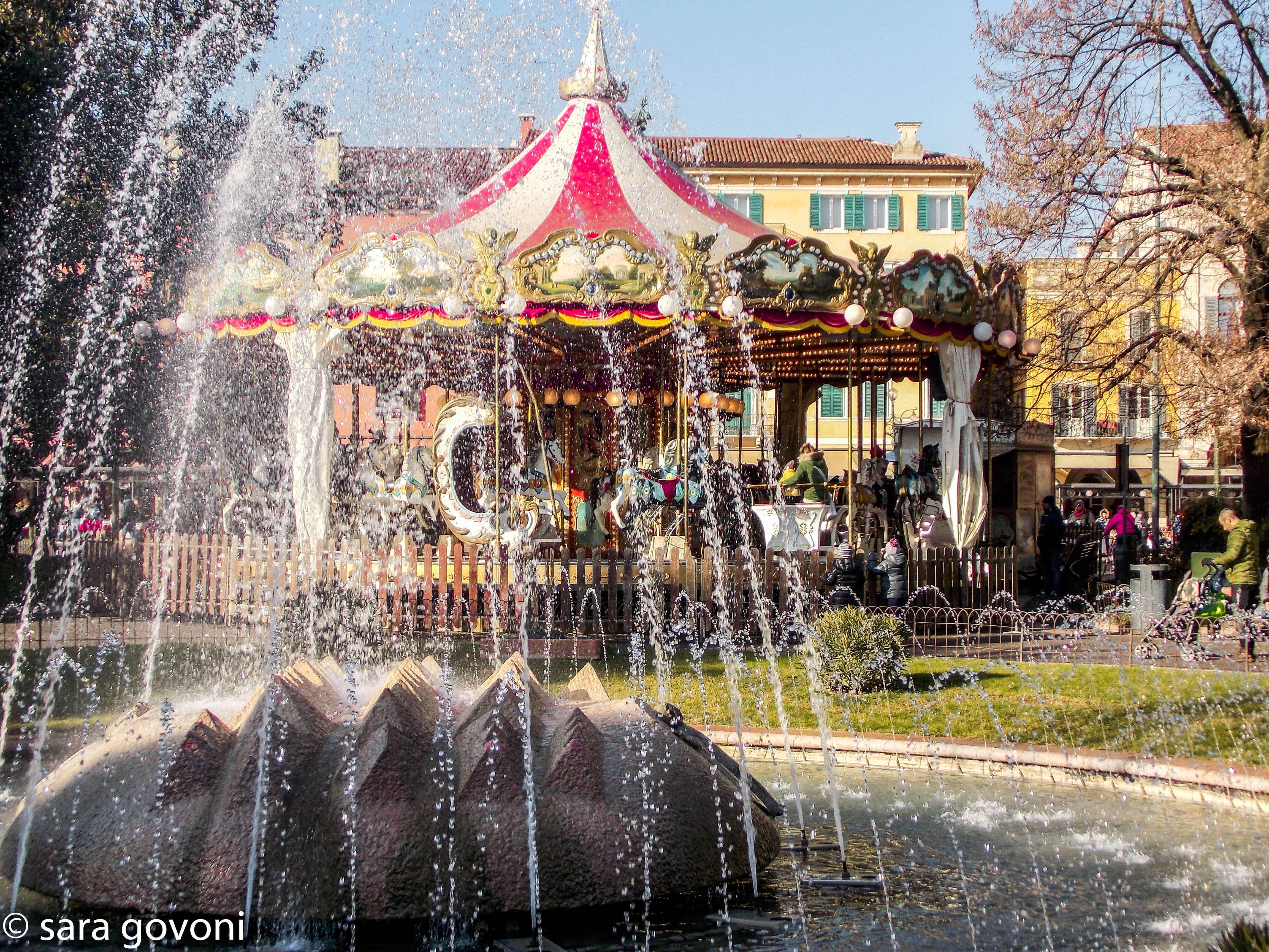 Giostrina e fontana del parco davanti all'arena di Verona