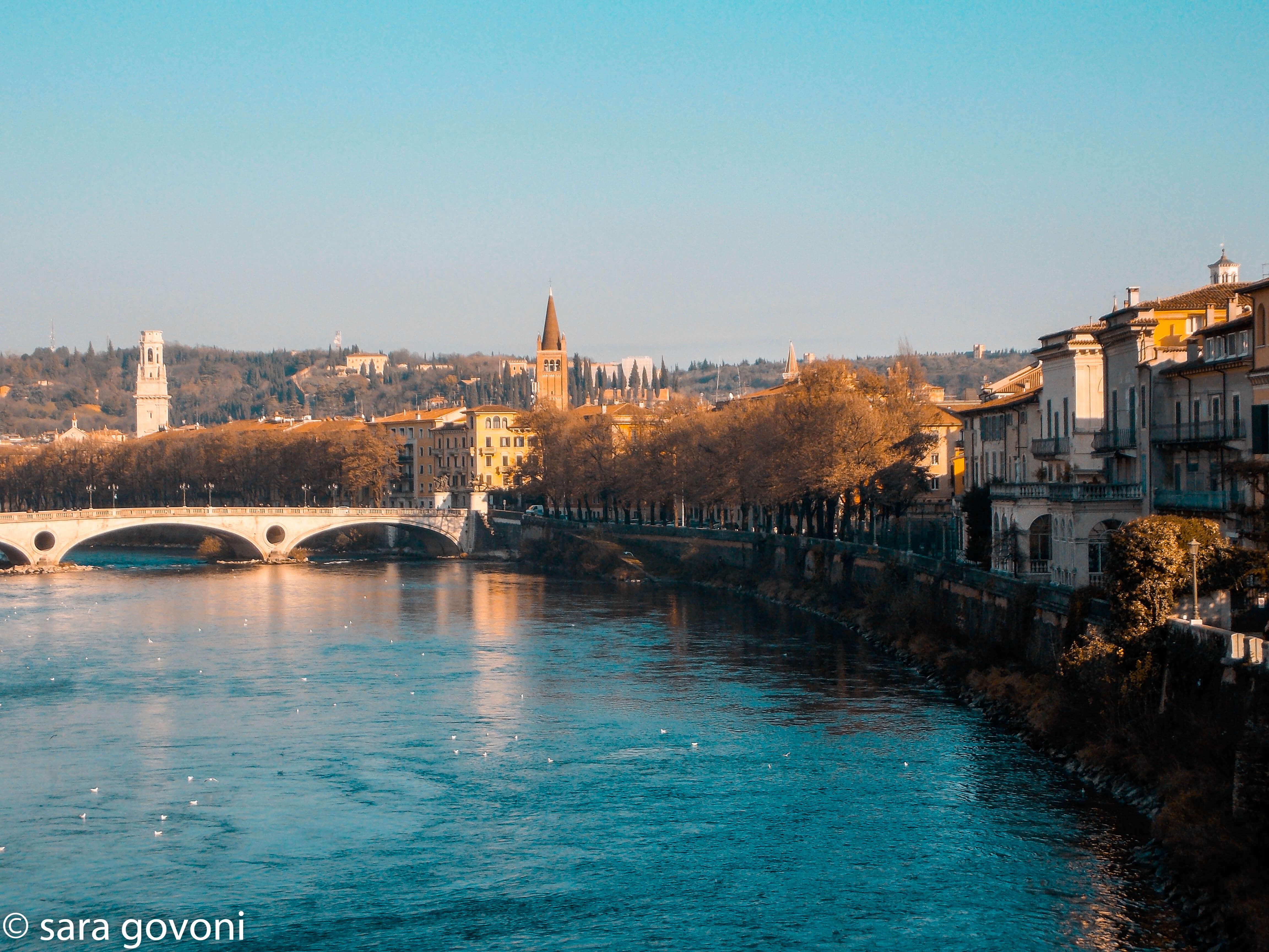 Cosa vedere a Verona in un giorno: vista della città specchiata sul fiume