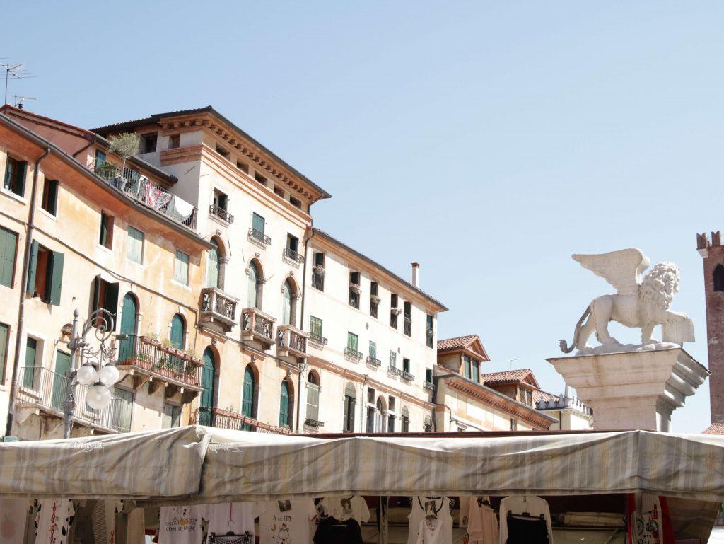 Dettagli odella piazza principale di Bassano del Grappa con colonna e leone di San Marco