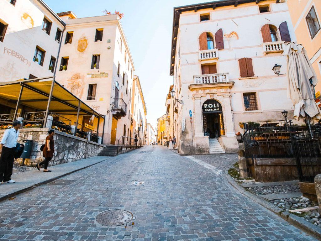 Cosa vedere a Bassano del Grappa: facciata del museo della grappa poli nella via del centro storico