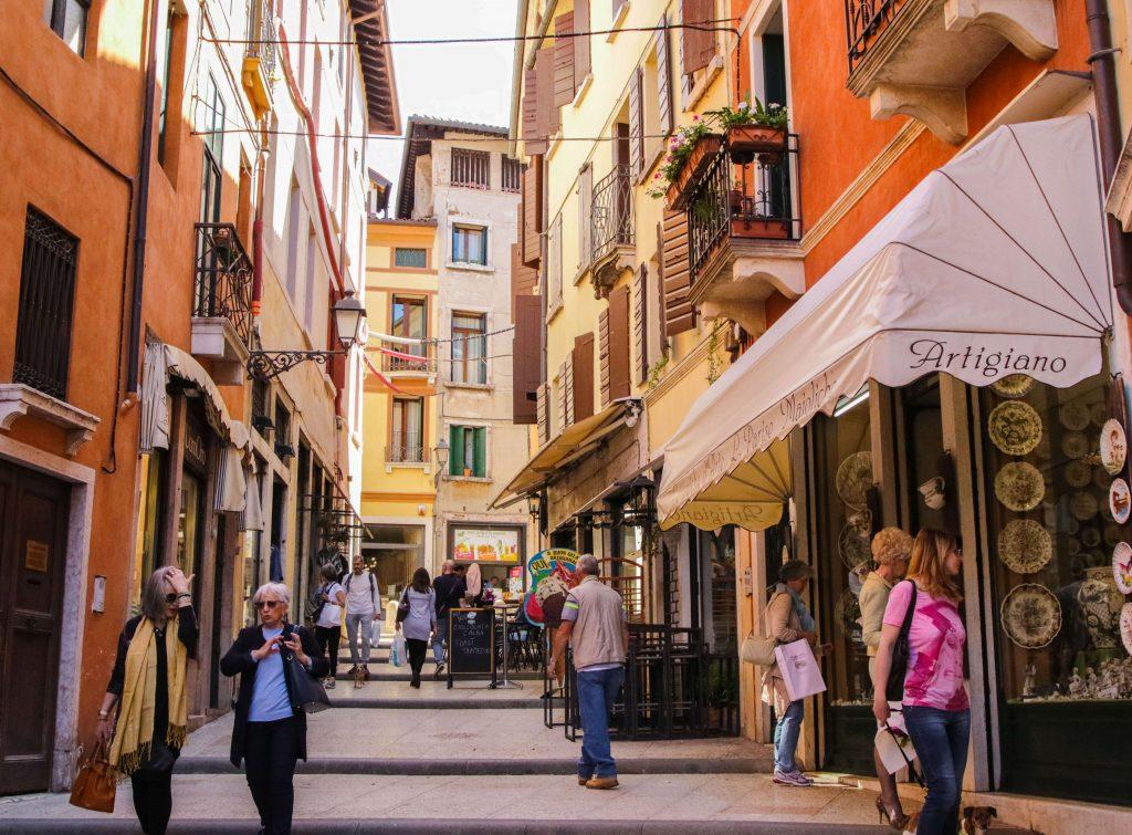 una delle vie colorate del centro storico di Bassano con negozi aperti