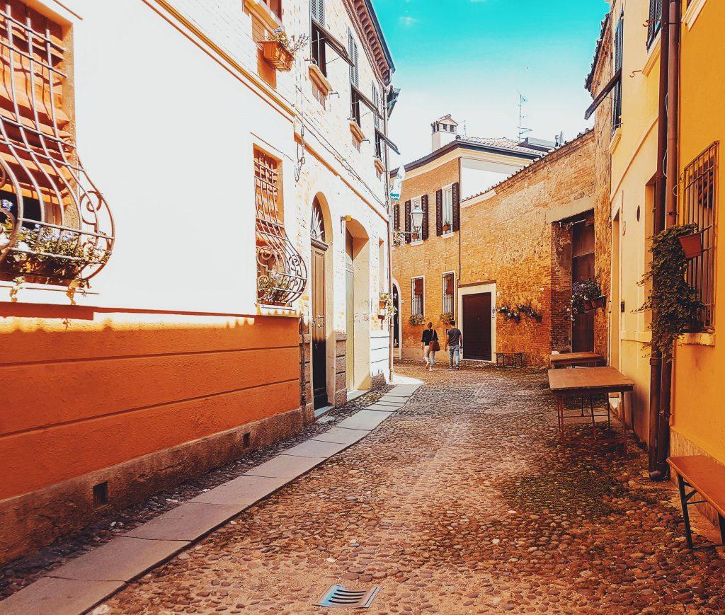 nella Ferrara medievale scorcio di via zemola in estate con i fiori