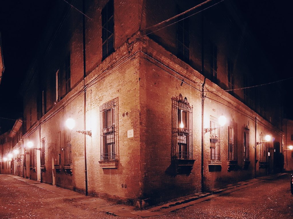 via medievale di Ferrara alla sera