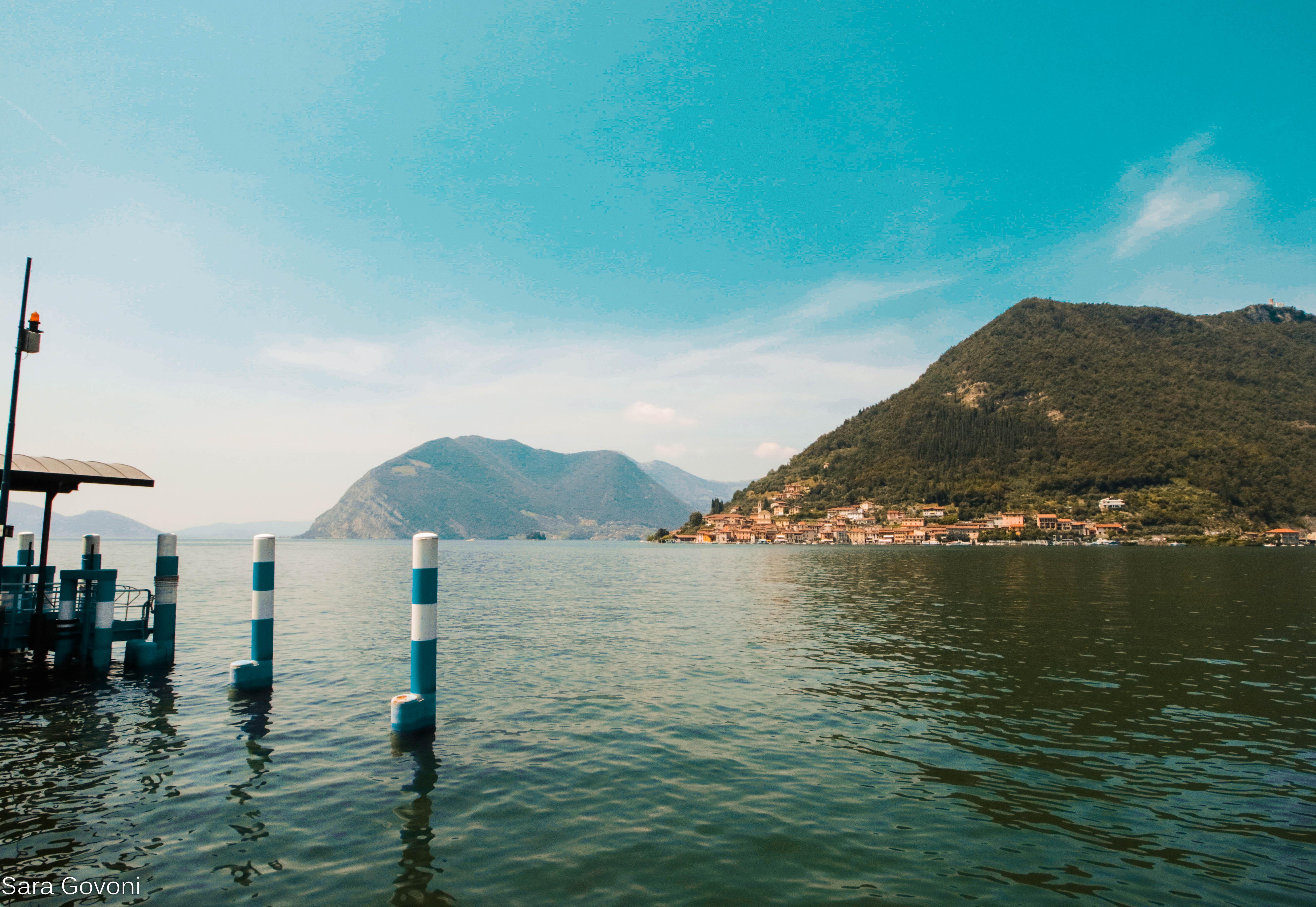 lago d'Iseo on the road: in lotananza Montisola e il punto d'approdo del traghetto