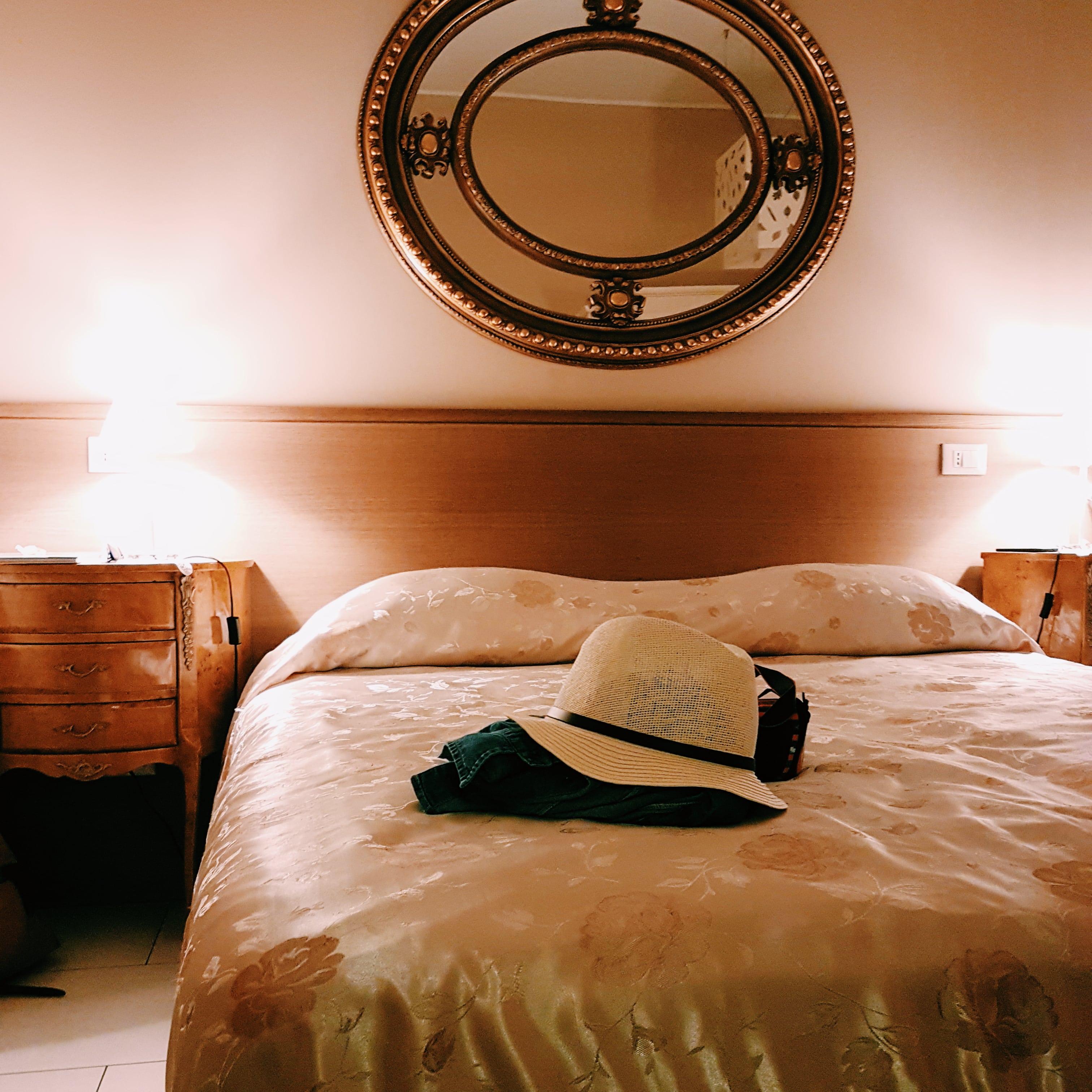 camera d'albergo con letto e specchio