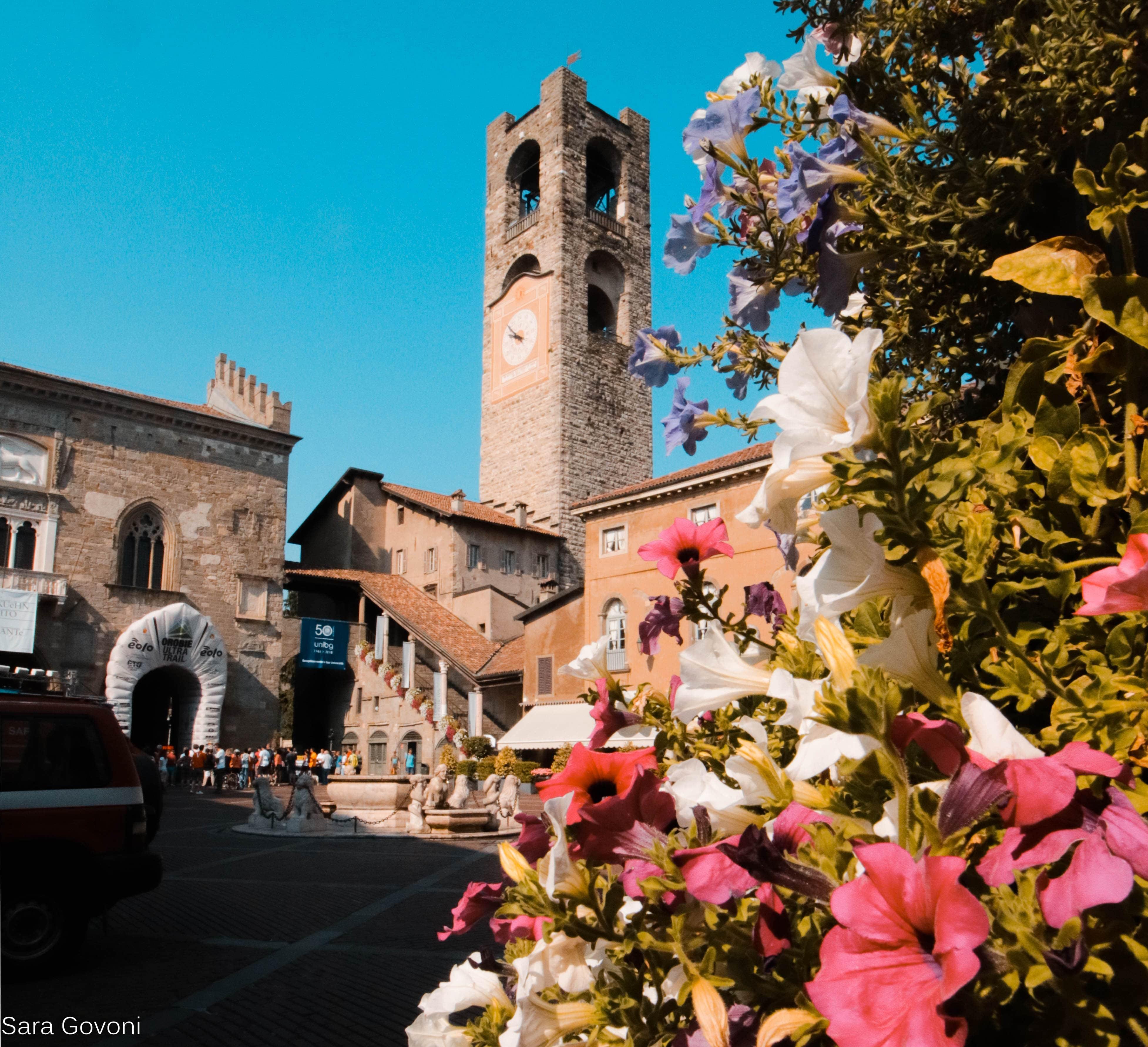 Cosa fare a Bergamo in un giorno: la piazza incorniciata dai fiori