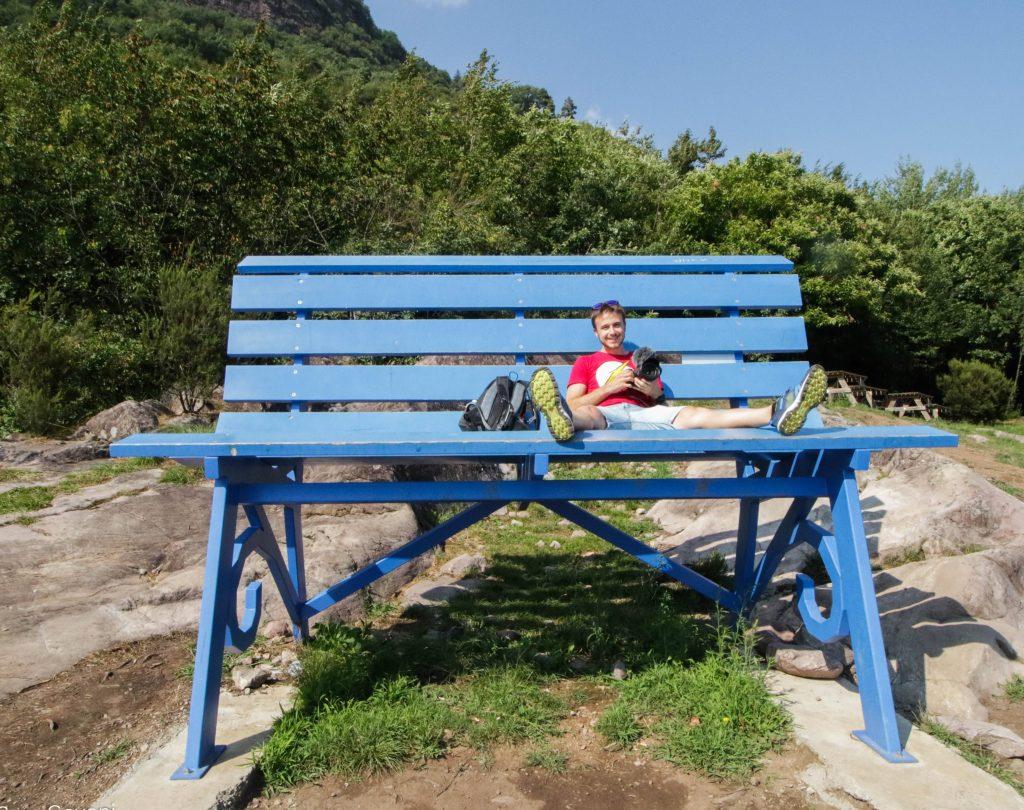 mauro in posa sulla panchina gigante di Rogno