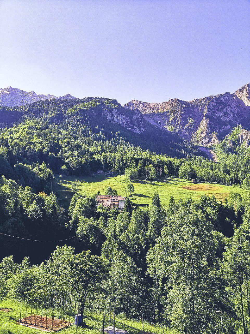 vista delle montagne verdi e dei boschi in una frazione vicino a carona