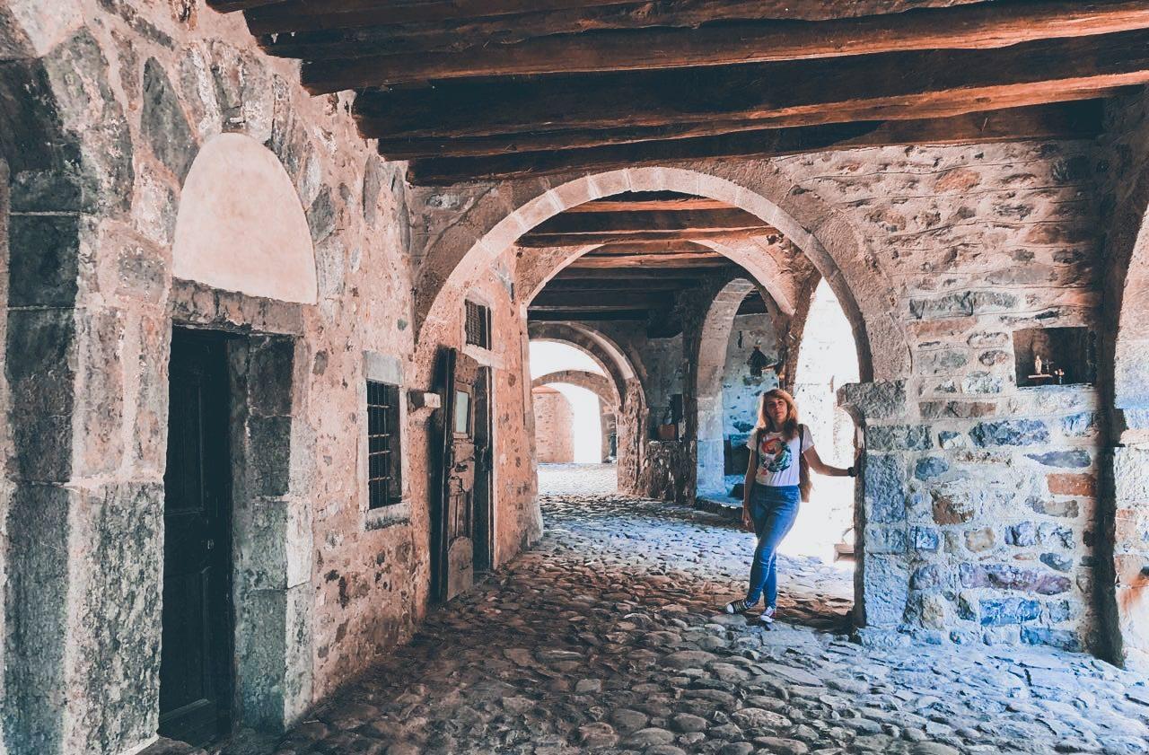 Cornello dei Tasso, ragazza in posa sotto agli archi della via principale