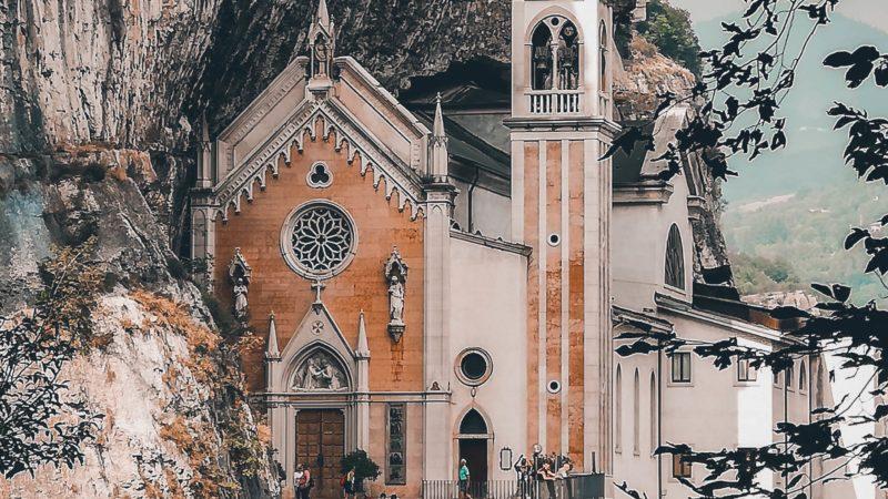 Visitare il Santuario della Madonna della Corona: come raggiungere questa bellezza nella roccia