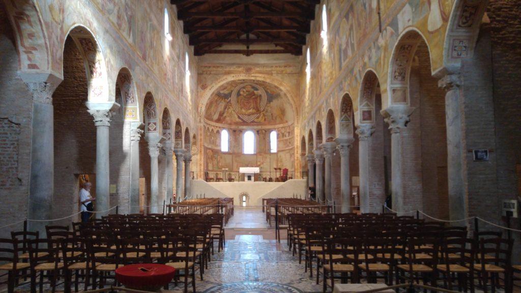 interno dell'abbazia di pomposa