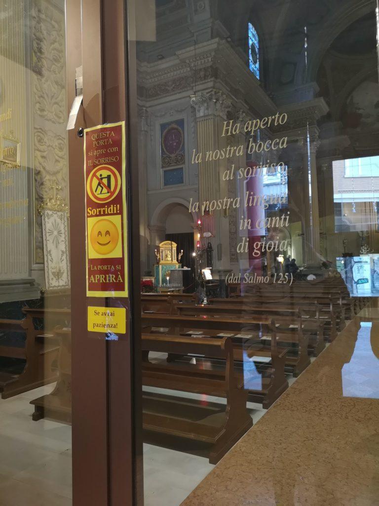 Bologna insolita: la porta che si apre con il sorriso