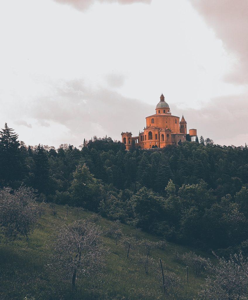 Ecco perché visitare San Luca a Bologna: fascino e pratica del santuario bolognese