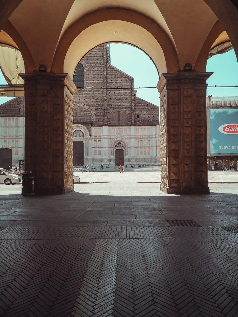 Vista di San Petronio da Portici di Bologna, gli archi incorniciano la facciata