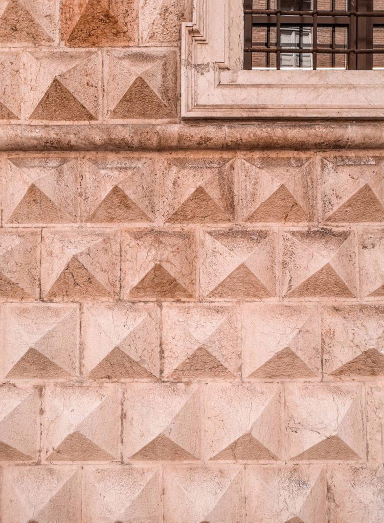dettaglio della facciata di palazzo dei diamanti, dove parcheggiare a ferrara