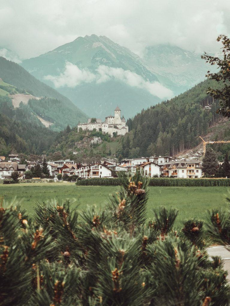 Visitare Castel Taufers tra leggende e rose