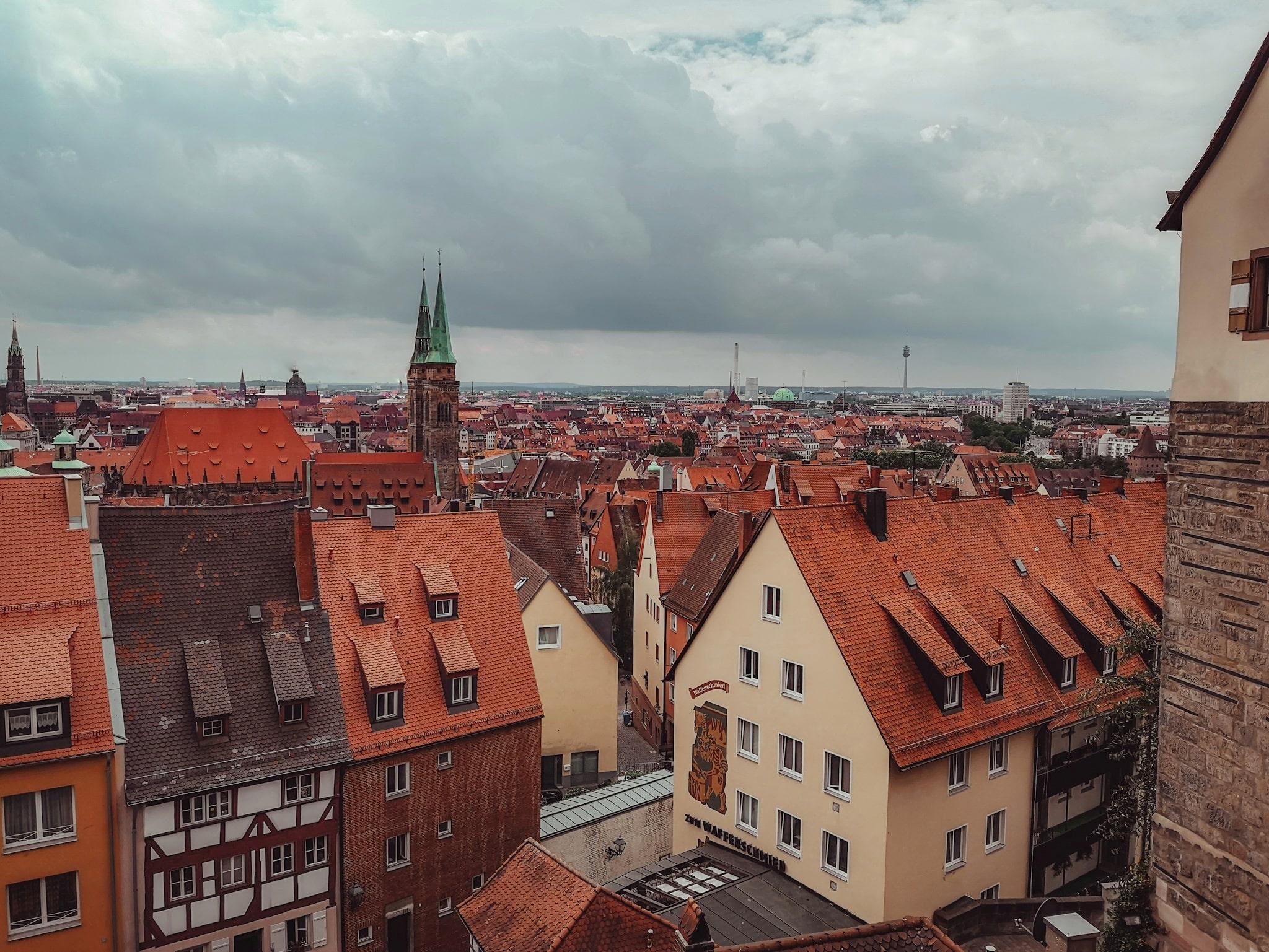 La Norimberga di Attacco dei Giganti: la città vista dall'alto del castello imperiale