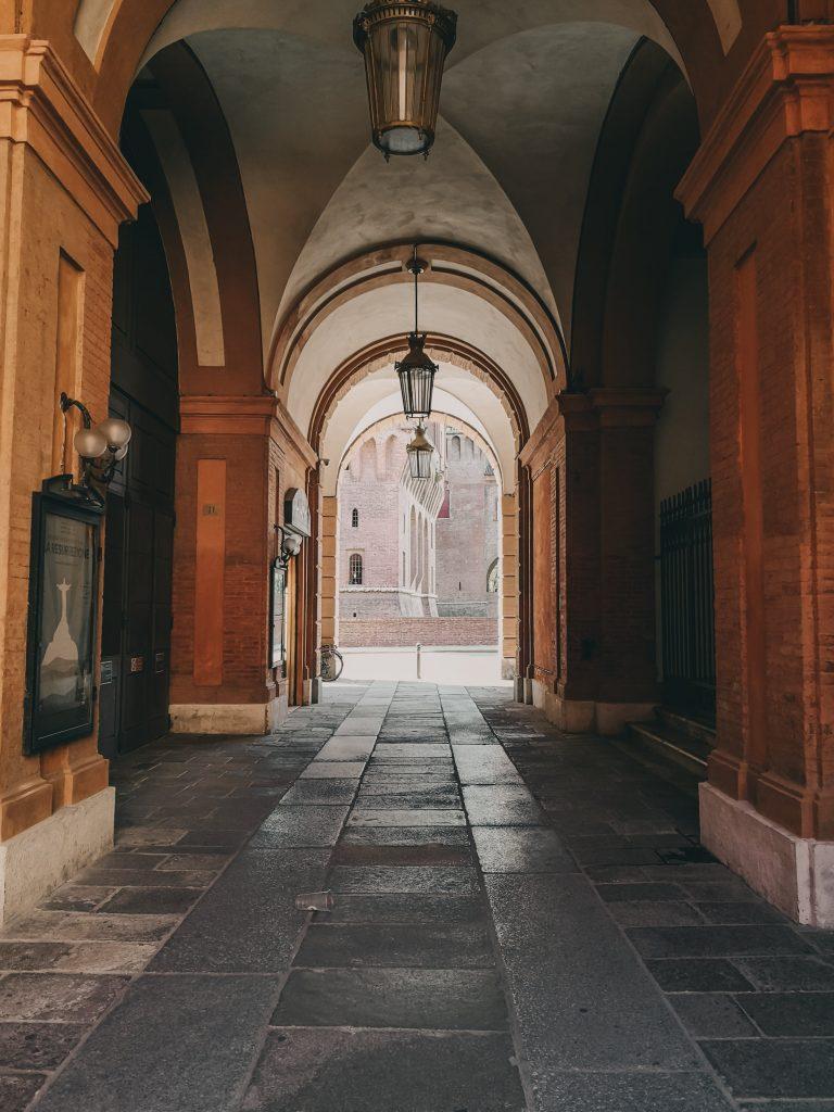 Nei luoghi romantici di Ferrara: portico del teatro comunale