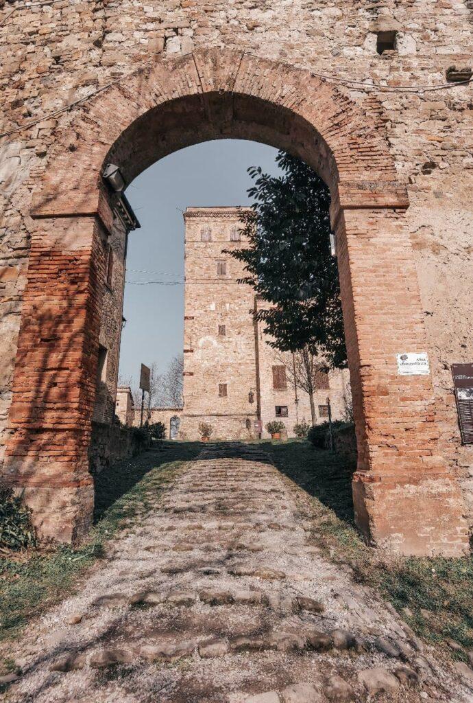 Visitare il Castello di Montegibbio: arco d'ingresso per la corte