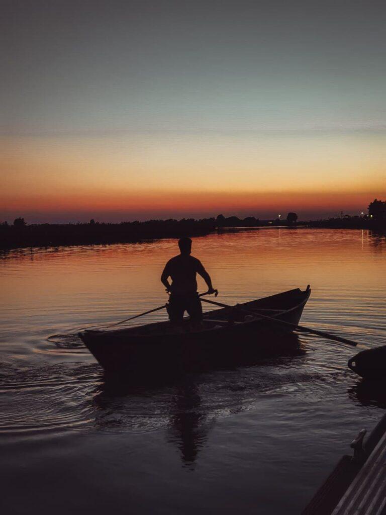 cosa fare a Comacchio: giro in batana al tramonto