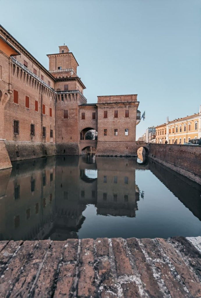 Cosa fare a Ferrara: castello estense specchiato nel fossato
