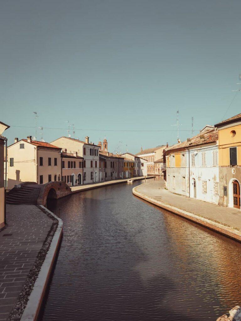 cosa fare a Comacchio: uno dei canali di comacchio costeggiato dalle case