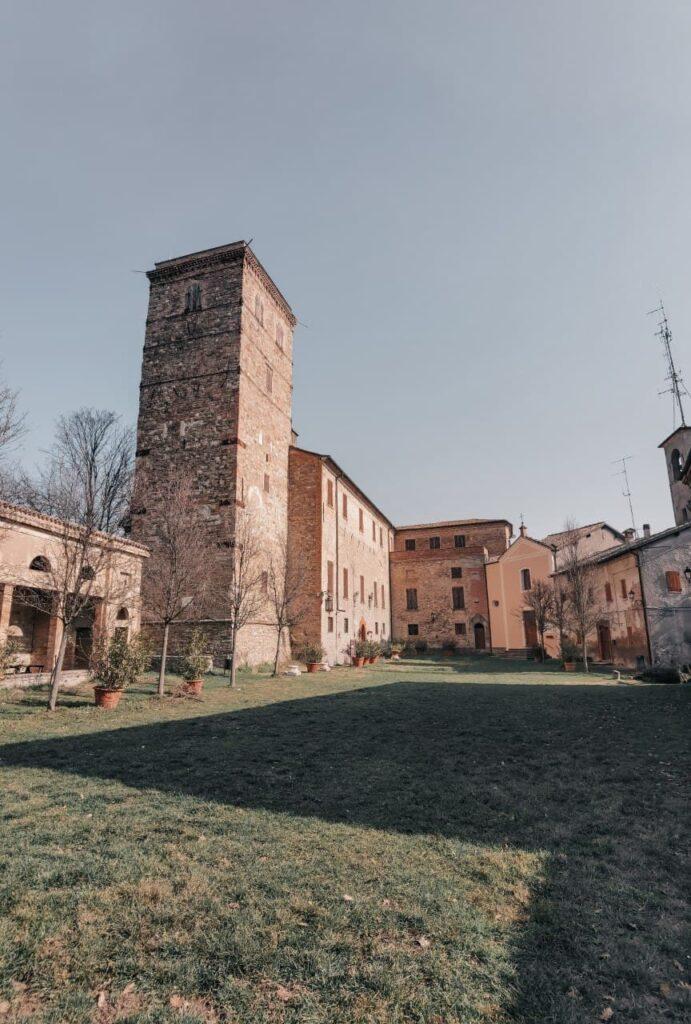 Visitare il Castello di Montegibbio: corte interna e mastio