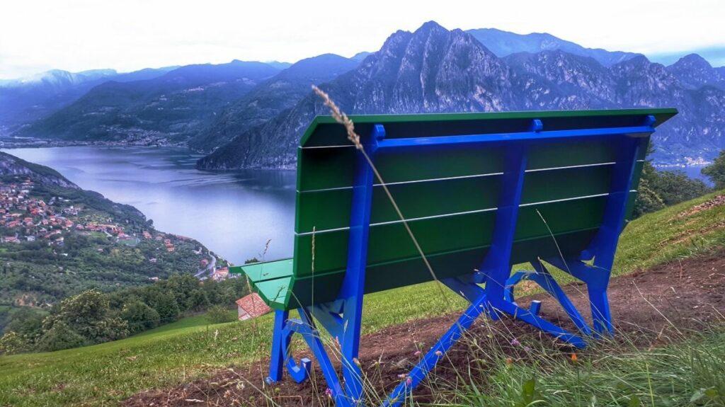 Panchina Gigante verde e blu di Riva di Solto