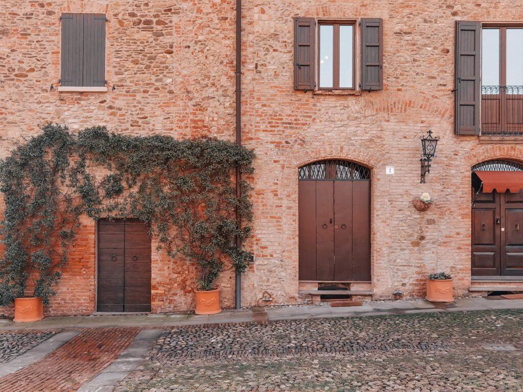facciata in muratura con portali e piante rampicanti presenti in centro a castelvetro