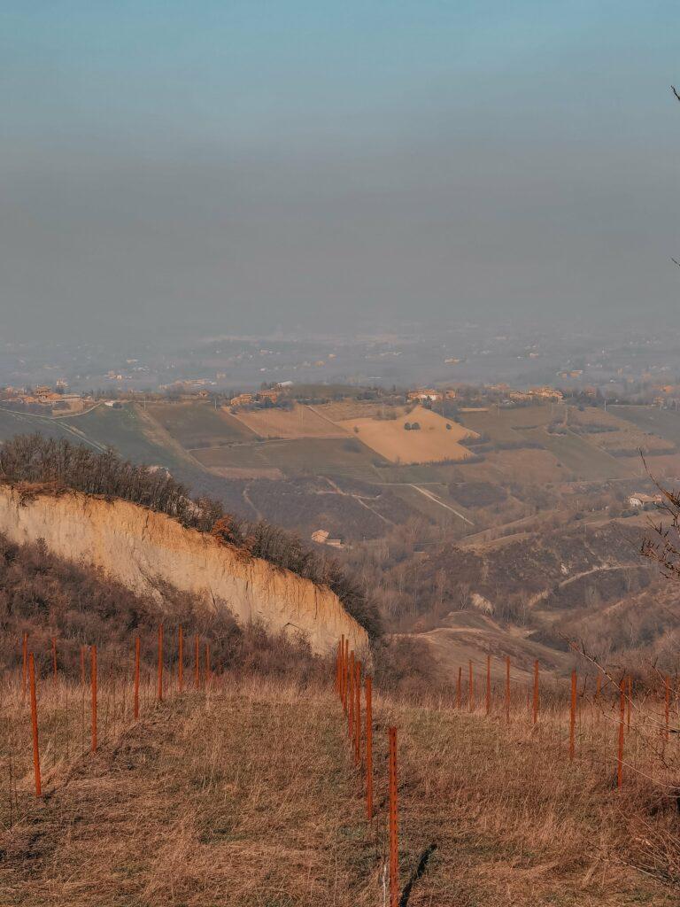 panorama sulle colline modenesi in inverno con leggera foschia