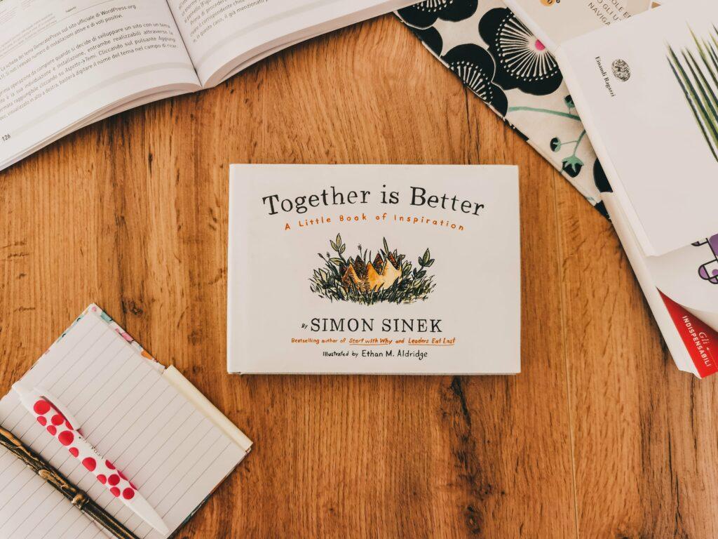Libri che tutti i social media manager dovrebbero leggere: flatlay di Together is better