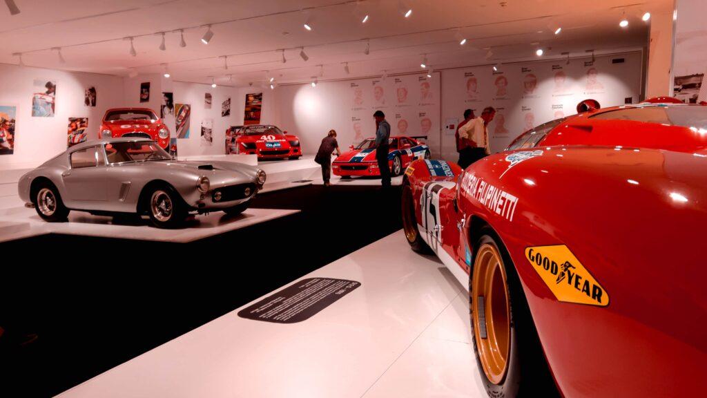 cosa vedere nei dintorni di modena: interni del museo ferrari con auto d'epoca