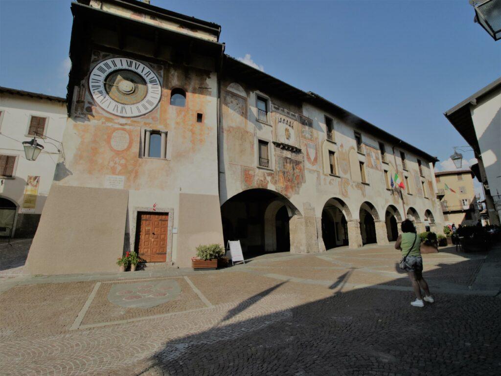 Cosa vedere a Clusone: piazza con torre dell'orologio e portici