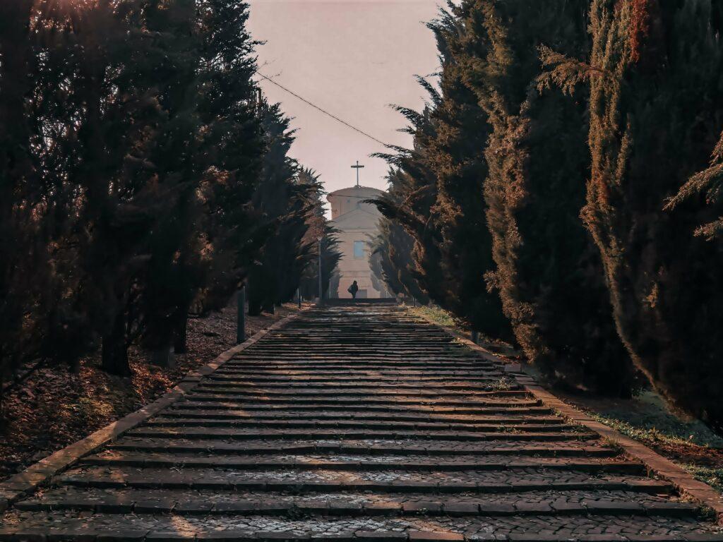 cosa vedere a castelvetro di modena e dintorni: la scalinata che porta al santuario del puianello