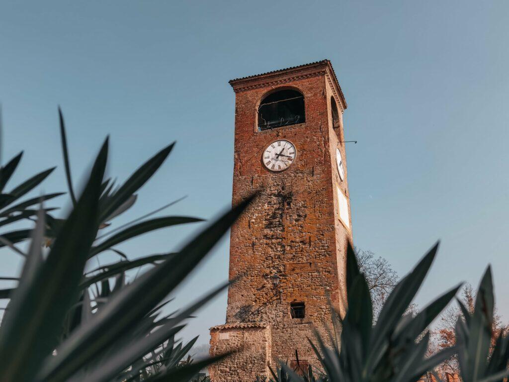 la torre dell'orologio di castelvetro di modena