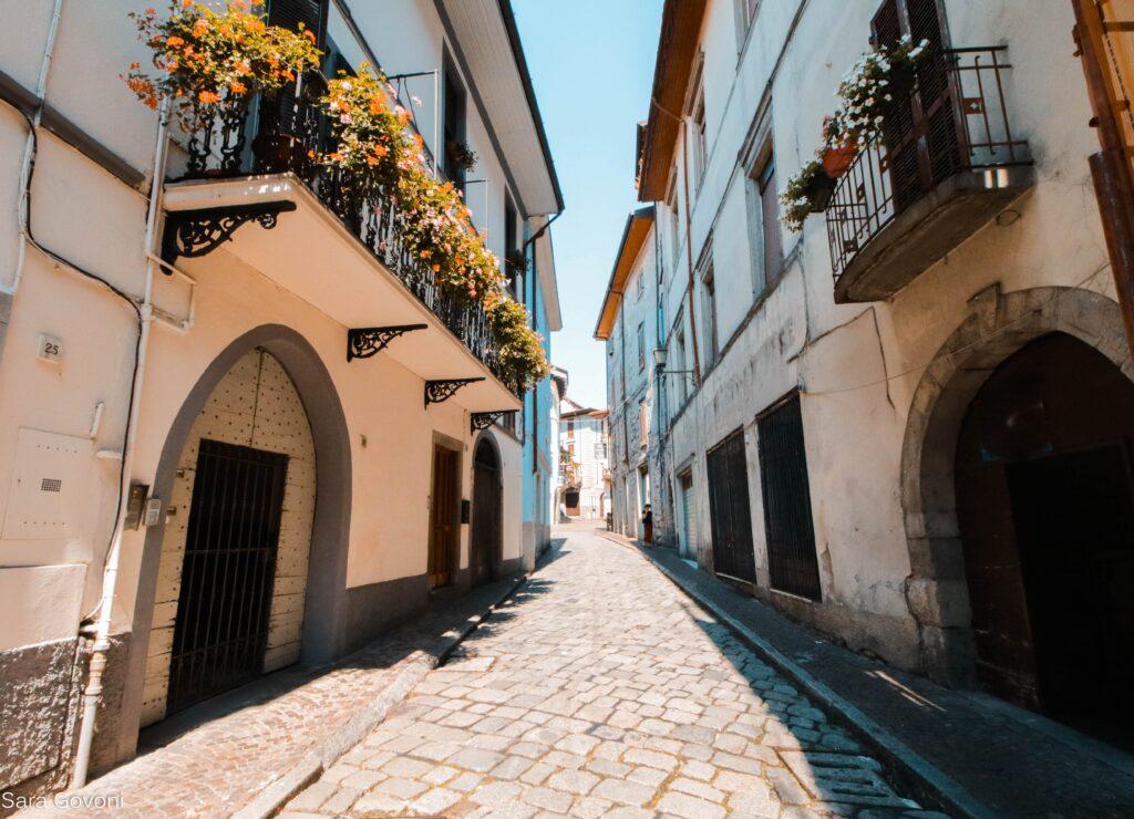 Cosa vedere a Lovere: vicoli del borgo con fiori ai balconi