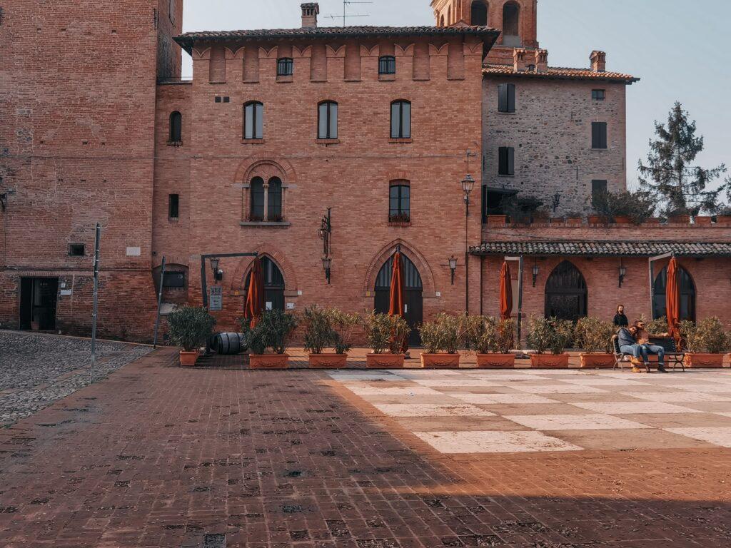 Cosa vedere a Castelvetro di Modena la piazza principale con la scacchiera