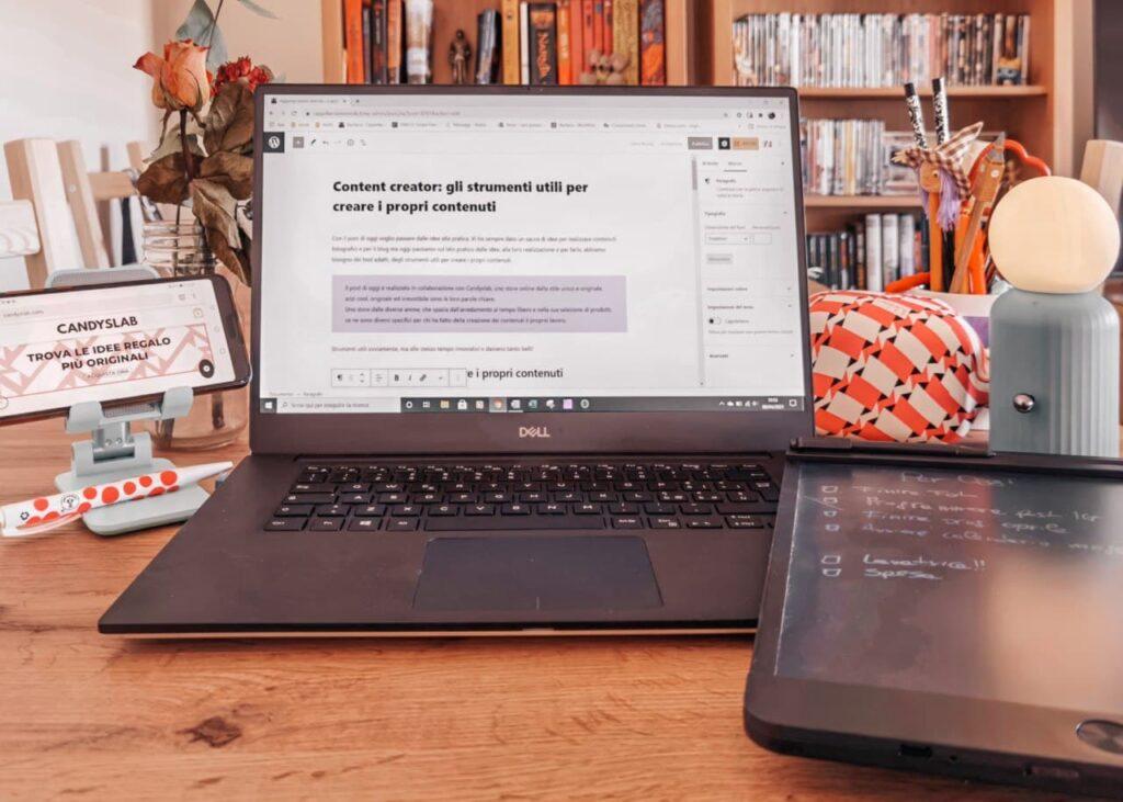 gli strumenti utili per i content creator - la scrivania ottimale con pc, supporti per i dispositivi corretta illuminazione e tutto per prendere appunti