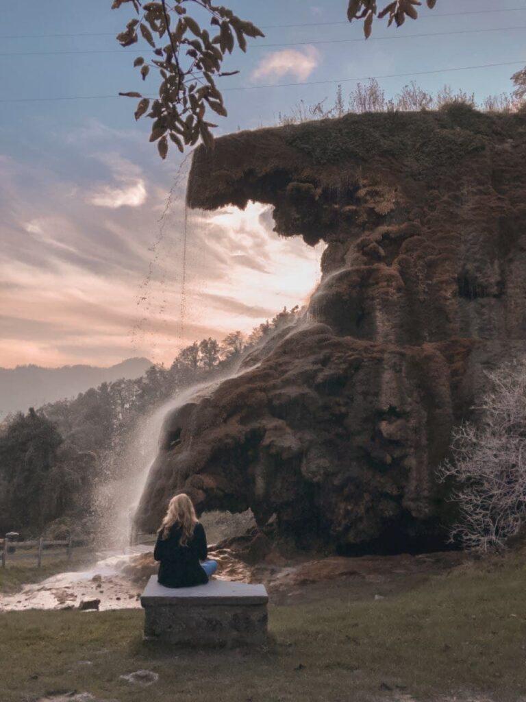 profilo cascata delle grotte di labante con persona seduta