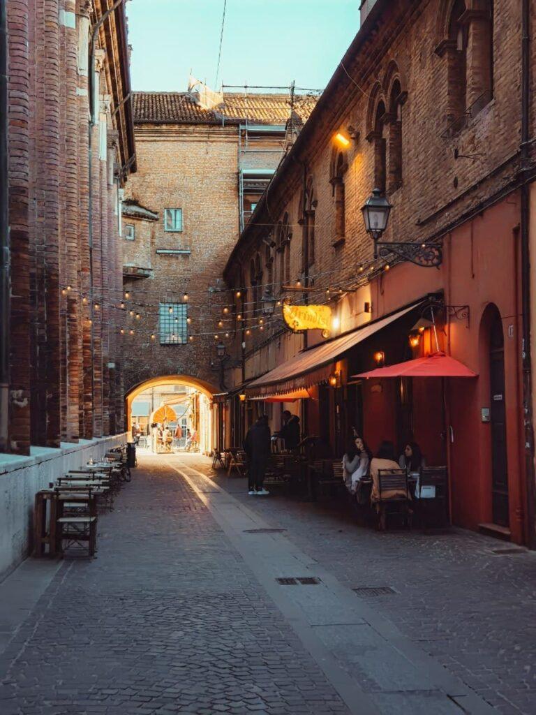 Al Brindisi via con tavolini e lucine nel centro storico a Ferrara, itinerario nella Ferrara insolita e misteriosa