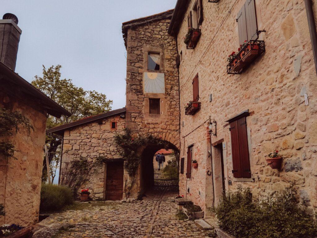 Come raggiungere il borgo La Scola: storia e info pratiche