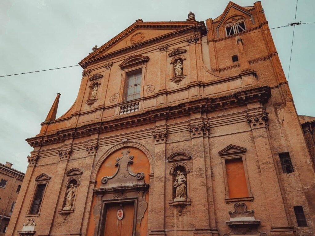 chiesa di San Domenico a Ferrara vista dal basso verso l'alto
