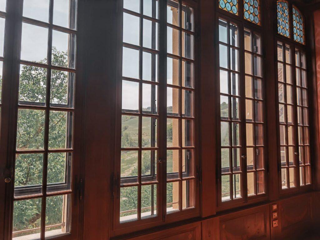 una delle vetrate interne alla Rocchetta Mattei
