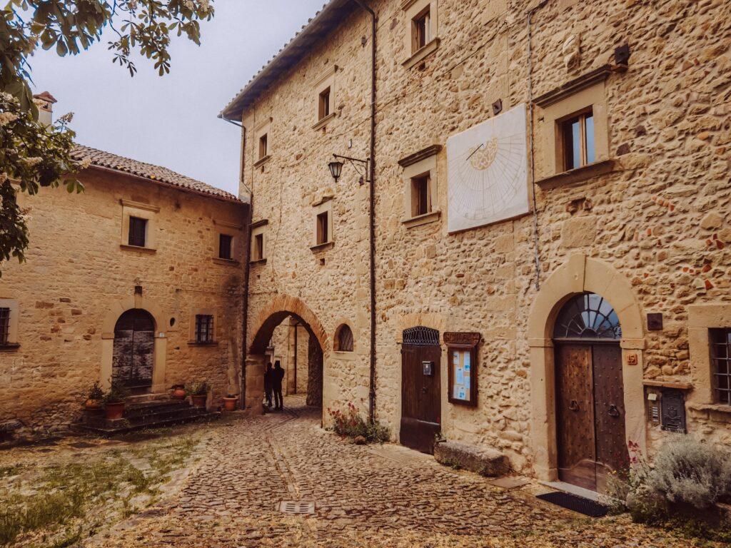 case di mattoni, scorcio medievale nell'appennino bolognese