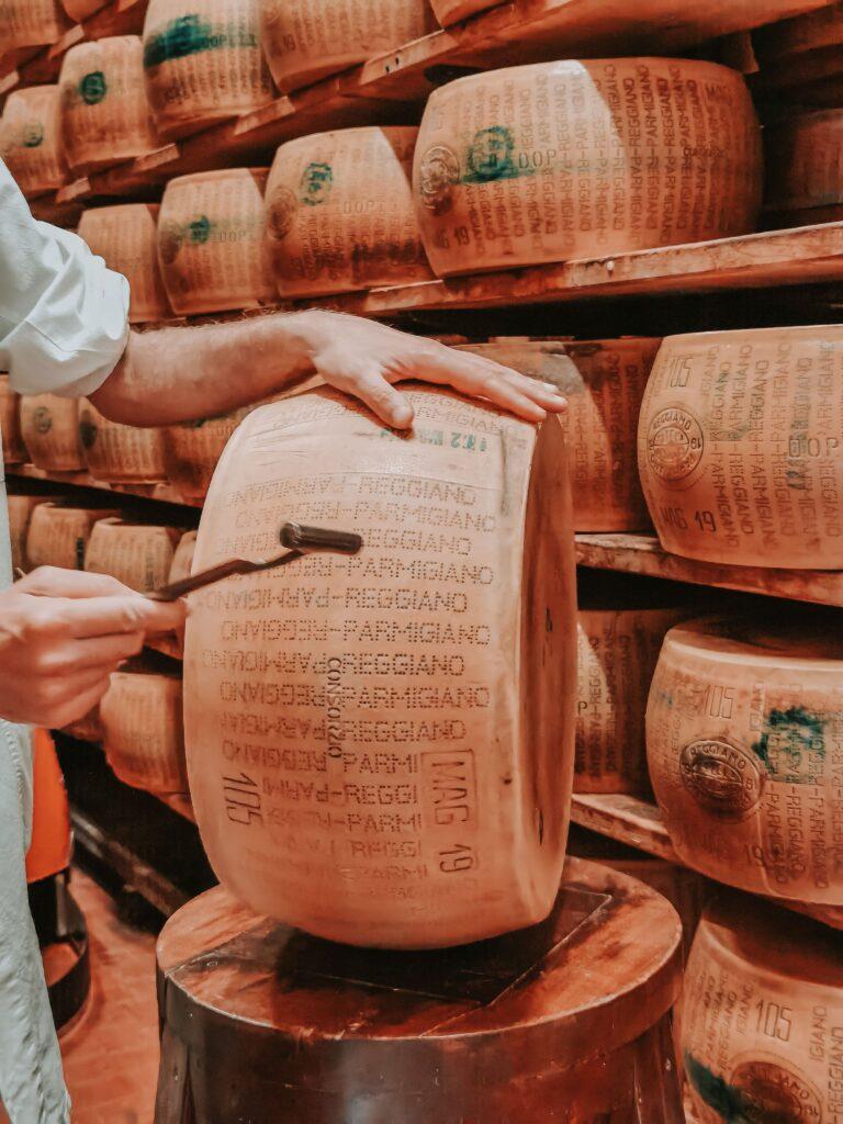 Alla scoperta del Parmigiano Reggiano: la battitura